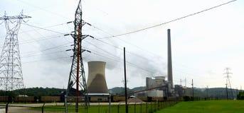 Με κάρβουνο γραμμή υψηλής έντασης εγκαταστάσεων ηλεκτρικής δύναμης Στοκ εικόνα με δικαίωμα ελεύθερης χρήσης