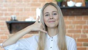 Με καλέστε χειρονομία από τη γυναίκα, γραμμή βοήθειας, εσωτερική Στοκ φωτογραφία με δικαίωμα ελεύθερης χρήσης