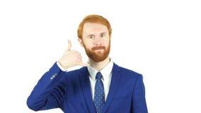 Με καλέστε χειρονομία από τον κόκκινο επιχειρηματία γενειάδων τρίχας, άσπρο υπόβαθρο Στοκ Εικόνες