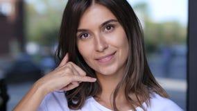 Με καλέστε χειρονομία από το θηλυκό, όμορφο πορτρέτο κοριτσιών Στοκ φωτογραφίες με δικαίωμα ελεύθερης χρήσης