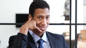 Με καλέστε χειρονομία από το μαύρο επιχειρηματία, μας ελάτε σε επαφή με Στοκ φωτογραφίες με δικαίωμα ελεύθερης χρήσης