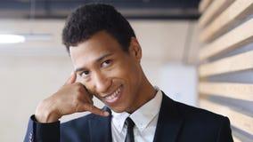 Με καλέστε χειρονομία από το μαύρο επιχειρηματία, πορτρέτο Στοκ φωτογραφίες με δικαίωμα ελεύθερης χρήσης