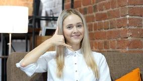 Με καλέστε χειρονομία, γυναίκα εξυπηρέτησης πελατών, εσωτερική Στοκ Φωτογραφία