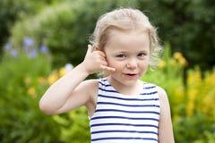 Με καλέστε, μικρό κορίτσι που κάνει μια κλήση μου χειρονομία Στοκ Φωτογραφία