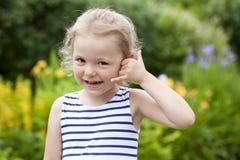 Με καλέστε, μικρό κορίτσι που κάνει μια κλήση μου χειρονομία Στοκ Εικόνες