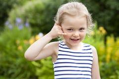 Με καλέστε, μικρό κορίτσι που κάνει μια κλήση μου χειρονομία Στοκ εικόνα με δικαίωμα ελεύθερης χρήσης