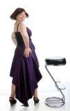 με κοντά μαλλιά κορίτσι brunette στο μακρύ φόρεμα βραδιού στην καρέκλα φραγμών Στοκ Εικόνες