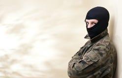 με κουκούλα έφηβος Στοκ φωτογραφία με δικαίωμα ελεύθερης χρήσης