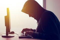 Με κουκούλα δίκτυο χάραξης χάκερ υπολογιστών Στοκ Εικόνες