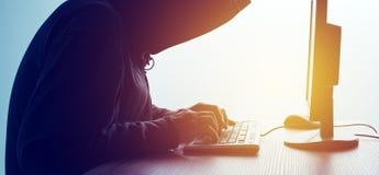 Με κουκούλα δίκτυο χάραξης χάκερ υπολογιστών Στοκ φωτογραφία με δικαίωμα ελεύθερης χρήσης