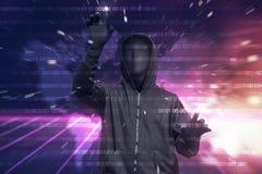 Με κουκούλα χάκερ με τη μάσκα που χαράσσει το δυαδικό κώδικα ασφάλειας συστημάτων Στοκ Εικόνες