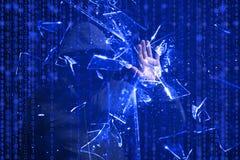 Με κουκούλα χάκερ που συνθλίβει την μπλε οθόνη με ένα χέρι Στοκ Φωτογραφία