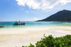 Με μακριά ουρά βάρκα και η παραλία και ο μπλε ουρανός Koh Phangan, Sur Στοκ Φωτογραφία