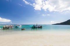 Με μακριά ουρά βάρκα και η παραλία και ο μπλε ουρανός Koh Phangan, Sur Στοκ φωτογραφίες με δικαίωμα ελεύθερης χρήσης