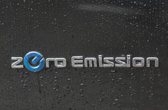 Με μηδενικές εκπομπές κινηματογράφηση σε πρώτο πλάνο λογότυπων της Nissan υπαίθρια Στοκ φωτογραφίες με δικαίωμα ελεύθερης χρήσης