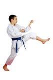 Με μια μπλε ζώνη ο αθλητής κτύπησε ένα άμεσο πόδι λακτίσματος Στοκ φωτογραφία με δικαίωμα ελεύθερης χρήσης