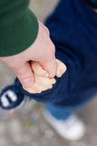 μελλοντικά χέρια πατέρων έννοιας που κρατούν το γιο ασφάλειας προστασίας Στοκ φωτογραφίες με δικαίωμα ελεύθερης χρήσης