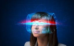Μελλοντική γυναίκα με τα έξυπνα γυαλιά υψηλής τεχνολογίας Στοκ Εικόνα