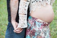 Μελλοντικοί μητέρα και πατέρας στο πάρκο στοκ φωτογραφίες με δικαίωμα ελεύθερης χρήσης