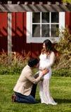 Μελλοντικό μωρό που λαμβάνει το φιλί από τον μπαμπά με την προσοχή mom Στοκ εικόνες με δικαίωμα ελεύθερης χρήσης