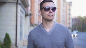 Με οπτική αναπηρία άτομο πορτρέτου στα γυαλιά με έναν κάλαμο στην πόλη φθινοπώρου απόθεμα βίντεο