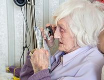 Με οπτική αναπηρία ηλικιωμένη γυναίκα με το magnifyer στοκ φωτογραφία με δικαίωμα ελεύθερης χρήσης