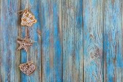 Μελοψώματα στο μπλε ξύλινο υπόβαθρο, ευχετήρια κάρτα προτύπων Στοκ Φωτογραφίες