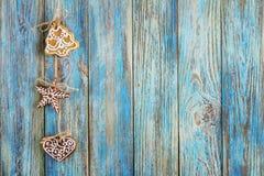 Μελοψώματα στο μπλε ξύλινο υπόβαθρο, ευχετήρια κάρτα προτύπων Στοκ φωτογραφία με δικαίωμα ελεύθερης χρήσης