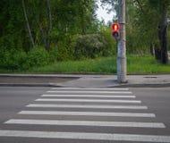 Με ραβδώσεις για τους πεζούς περάσματος με τους φωτεινούς σηματοδότες Στοκ φωτογραφία με δικαίωμα ελεύθερης χρήσης