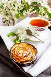 Με σχήμα μήλου πίτα τριαντάφυλλων και φλυτζάνι του τσαγιού στον εξυπηρετώντας δίσκο Στοκ εικόνες με δικαίωμα ελεύθερης χρήσης