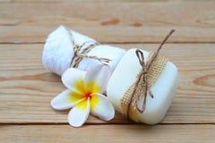 με τα φυσικά σαπούνια και το λουλούδι για aromatherapy Στοκ εικόνα με δικαίωμα ελεύθερης χρήσης