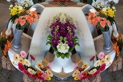 Με τα φωτογραφισμένα φακός λουλούδια fisheye στα βάζα Στοκ φωτογραφίες με δικαίωμα ελεύθερης χρήσης