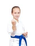 Με την μπλε ζώνη η φίλαθλος στέκεται στο ράφι karate Στοκ Φωτογραφίες
