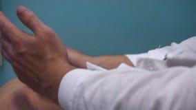 Με την παραλαβή στο μασέρ Μασέρ που κάνει το μασάζ στον ασθενή της απόθεμα βίντεο
