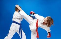 Με τις επικαλύψεις σε ετοιμότητα των αθλητών εκπαιδεύει karate χτυπημάτων Στοκ φωτογραφίες με δικαίωμα ελεύθερης χρήσης