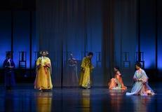 Με το βαθιούς σεβασμό και την ταπεινότητα της harem-πλάτης στις παλάτι-σύγχρονες αυτοκράτειρες δράματος στο παλάτι Στοκ εικόνες με δικαίωμα ελεύθερης χρήσης