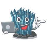 Με το μπλε φύκι lap-top στη μασκότ μορφής ελεύθερη απεικόνιση δικαιώματος