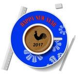Με το νέο κόκκορα έτους Η εικόνα του πουλιού σε ένα φλιτζάνι του καφέ Στοκ Εικόνες