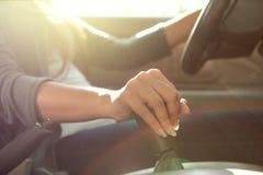 Με το χέρι αυτοκίνητο μετάδοσης μετατόπισης στοκ φωτογραφίες
