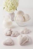 Μελόψωμο, επιδόρπιο, γάλα, λουλούδια Στοκ Φωτογραφίες