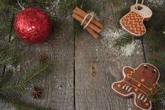 Μελόψωμο, διακόσμηση Χριστουγέννων, δέντρο έλατου, χιόνι στο ξύλινο υπόβαθρο, κανέλα, Στοκ Εικόνες