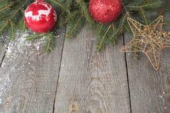 Μελόψωμο, διακόσμηση Χριστουγέννων, δέντρο έλατου, χιόνι στο ξύλινο υπόβαθρο Στοκ Εικόνα