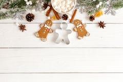 Μελόψωμο Χριστουγέννων, κομψοί κλάδοι στην ξύλινη τοπ άποψη υποβάθρου Στοκ εικόνες με δικαίωμα ελεύθερης χρήσης