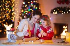 Μελόψωμο ψησίματος μητέρων και κορών για το γεύμα Χριστουγέννων Στοκ φωτογραφίες με δικαίωμα ελεύθερης χρήσης