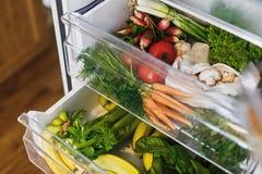 Μηδέν παντοπωλείο αποβλήτων στο ψυγείο Φρέσκα λαχανικά στο ανοιγμένο συρτάρι στο ψυγείο Πλαστικά ελεύθερα καρότα, ντομάτες, μανιτ στοκ φωτογραφία με δικαίωμα ελεύθερης χρήσης
