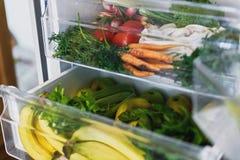 Μηδέν παντοπωλείο αποβλήτων στο ψυγείο Φρέσκα λαχανικά στο ανοιγμένο συρτάρι στο ψυγείο Πλαστικά ελεύθερα καρότα, ντομάτες, μανιτ στοκ εικόνες