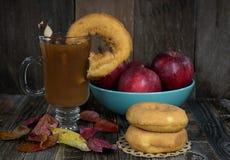 Μηλίτης της Apple και donuts με τα φύλλα πτώσης Στοκ Εικόνα
