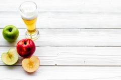 Μηλίτης της Apple που χύνεται στο γυαλί Άσπρο ξύλινο διάστημα αντιγράφων άποψης υποβάθρου τοπ Στοκ εικόνα με δικαίωμα ελεύθερης χρήσης