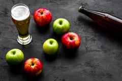 Μηλίτης της Apple που χύνεται στο γυαλί κοντά στο μπουκάλι και τα μήλα Μαύρο διάστημα αντιγράφων άποψης υποβάθρου τοπ Στοκ φωτογραφίες με δικαίωμα ελεύθερης χρήσης