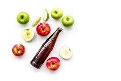 Μηλίτης της Apple Χαμηλός-οινοπνευματώδης beveradge στο σκοτεινό μπουκάλι στο άσπρο διάστημα αντιγράφων άποψης υποβάθρου τοπ Στοκ εικόνα με δικαίωμα ελεύθερης χρήσης